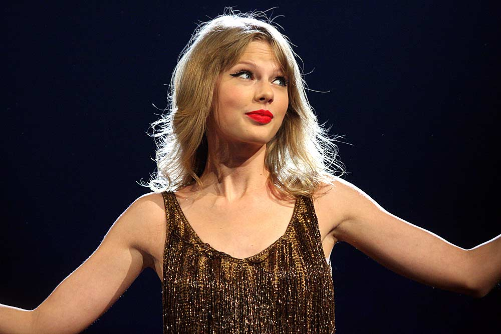 Taylor Swift keeps cool in very uncomfortable situation while performing